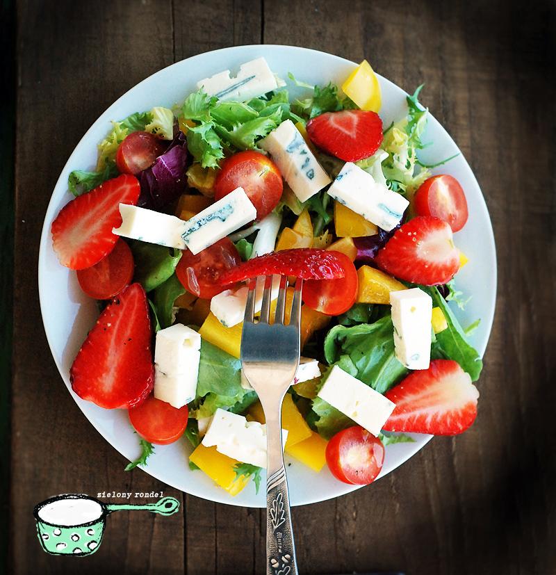 Çilekli yaz salatası