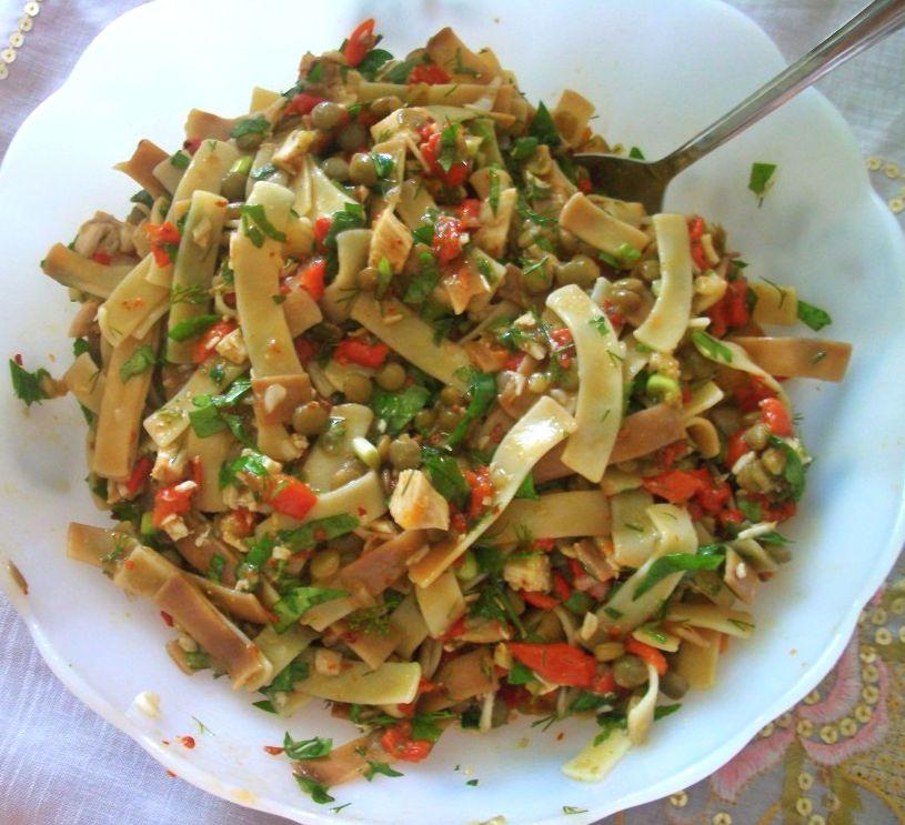 mercimekli-eriste-salatasi-