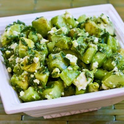 Beyaz peynir, avakado ve salatalıkla salata tarifi