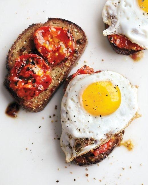 Sarımsaklı tost ekmeği üzerine kömürleşmiş domates ve yumurta
