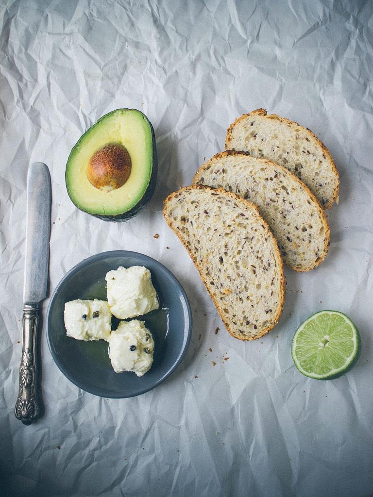 avokado-ve-peynirli-tost