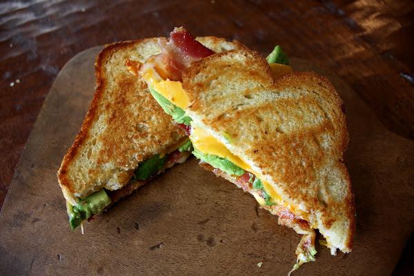 avokado-ve-bacon-tost-tarifleri