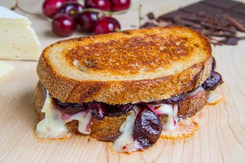 kiraz-ve-peynirli-tost-