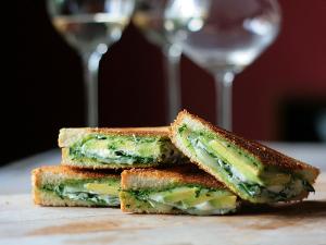 peynir-avokado-ispanakli-tost